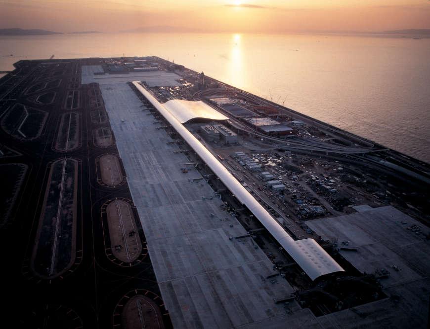 Une île artificielle, une région hautement sismique : telles étaient les contraintes majeures de ce projet. Avant le premier coup de crayon, Renzo Piano a souhaité s'imprégner des lieux. Mais l'île n'existait pas encore. « Je leur ai demandé de me conduire en bateau sur la mer. Nous sommes restés là quelques heures», raconte-t-il.