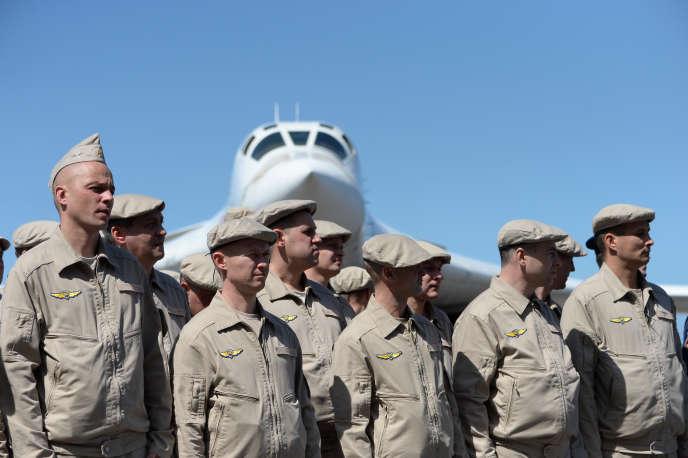 Des membres de l'armée de l'air russe devant un Tupolev160, à l'occasion de vols d'entraînement avec l'armée vénézuélienne, sur l'aéroport de Maiquetia, près de Caracas, le 10décembre 2018.