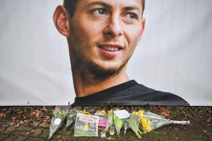 Des fleurs et un portrait d'Emiliano Sala devant le centre d'entraînement de LaJonelière, près de Nantes.