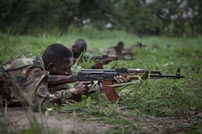 Nouvelles recrues des Forces armées centrafricaines (FACA) à Berengo formés par des instructeurs russes avec des armes russes, en août 2018.