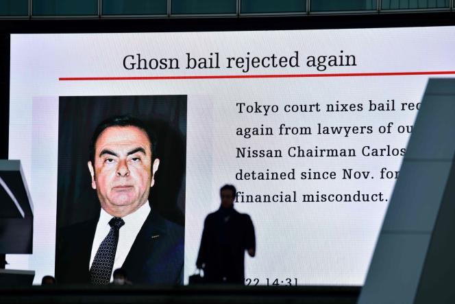 L'annonce du rejet de la demande de libération de Carlos Ghosn affichée sur un panneau d'information dans une rue de Tokyo, le 22 janvier.