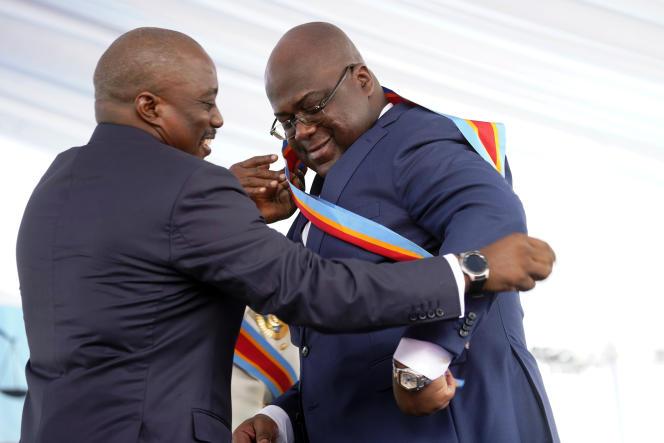 Félix Tshisekedi reçoit l'écharpe présidentielle des mains de son prédécesseur, Joseph Kabila, lors de son investiture, le 19 janvier à Kinshasa.