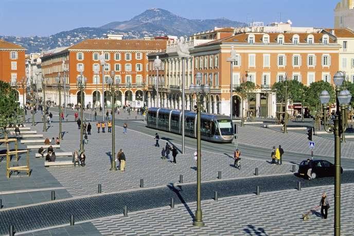«Le premier tronçon de la ligne de tram a été mis en activité dès juin2018. La seconde partie sera en service à la fin de 2019. Au départ, de nombreux Niçois étaient contre cette ligne» (Nice, Place Masséna).