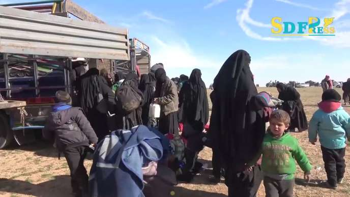 Des civils fuyant les dernières zones contrôlées par l'EI, le 24 janvier, sur une vidéo mise en ligne par les forces kurdes.