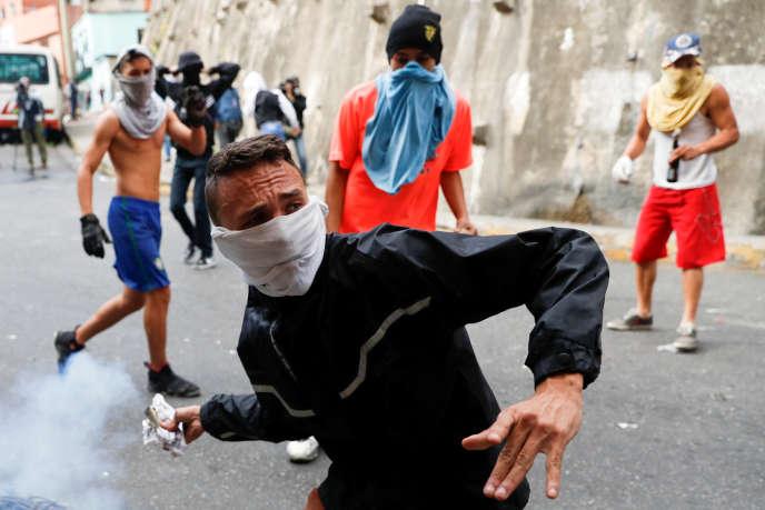 Affrontements entre des manifestants et la police, à Caracas, le 21 janvier.