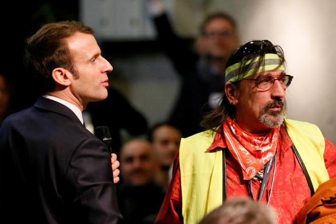 Emmanuel Macron et un« gilet jaune» lors du débat de Bourg-de-Péage (Drôme), le 14 janvier.