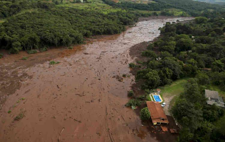 Des images de la chaîne d'informations Globonews montraient des habitations partiellement détruites, certaines à moitié englouties par la boue.