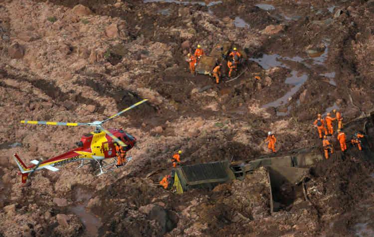 Des images aériennes impressionnantes diffusées par les pompiers montrent une véritable marée de boue de couleur marron aux reflets grisâtres recouvrant d'immenses surfaces de végétation.