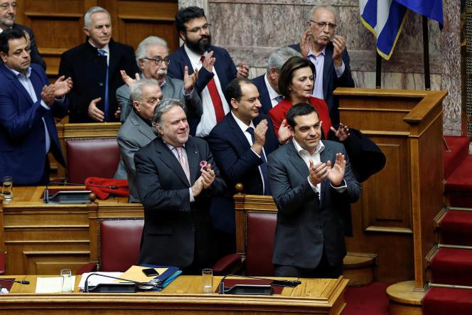 Le premier ministre grec Alexis Tsipras et des membres de son gouvernement, au Parlement, le 25 janvier.