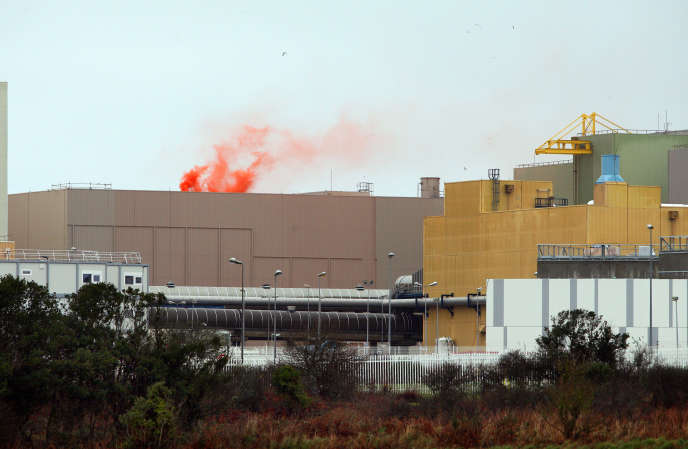 Des fumigènes sur le toit de la piscine de l'usine La Hague.