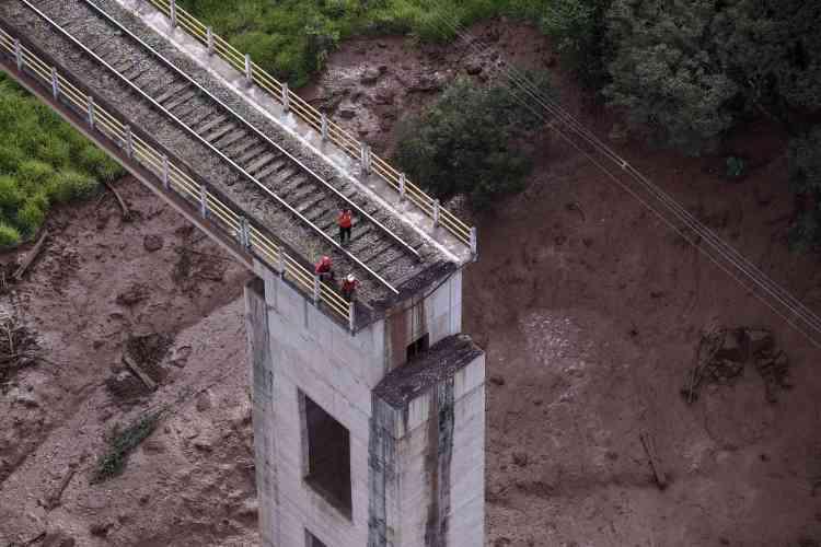 La municipalité de Brumadinho a diffusé sur les réseaux sociaux un communiqué demandant à la population de s'éloigner du lit de la rivière Paraopeba, qui pourrait avoir été contaminée par la coulée de boue.