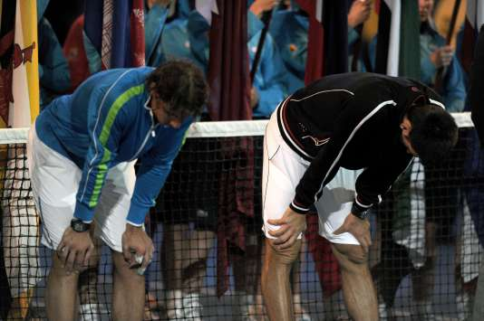 Rafael Nadal et Novak Djokovic, exténués, le 30 janvier 2012, à l'issue de la finale de l'Open d'Australie remportée par le Serbe après 5h53, la plus longue finale de l'histoire des Grands Chelems.