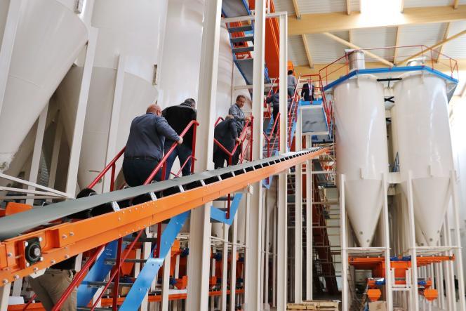 La cimenterie Hoffmann Green Cement Technologies, en Vendée, en 2018 : des airs de hangar propret.