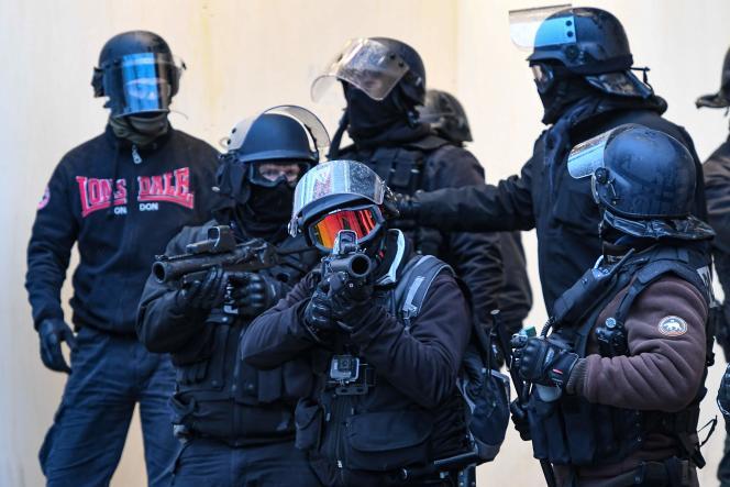 Les policiers munis de LBD-40 durant une manifestation de« gilets jaunes» à Paris, le15décembre2018.
