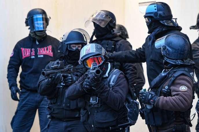 Des policiers équipés de LBD40, le 15décembre 2018, lors d'une manifestation des«gilets jaunes» sur les Champs-Elysées, à Paris.