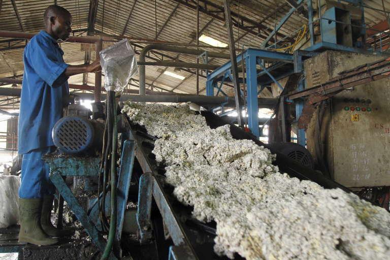 Une usine de production de caoutchouc dans le village de Songon, à l'ouest d'Abidjan, en janvier 2016.