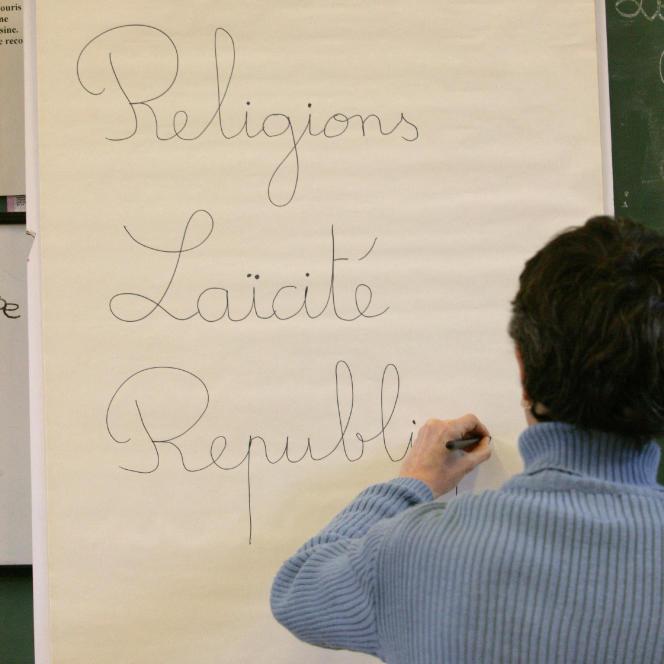 « La loi du 15 mars 2004 a finalement réglé une fois pour toutes la question, en interdisant aux élèves le port de signes religieux ostensibles» (Photo: explication du fait religieux et des signes ostentatoires).