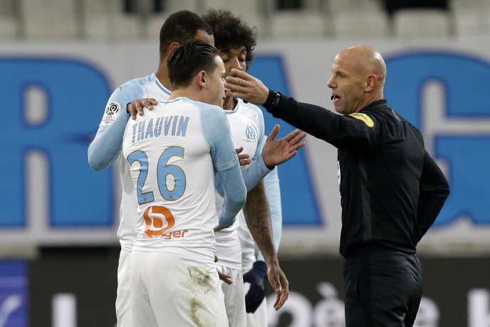Florian Thauvin (numéro 26) conteste son expulsion contre Lille, le 25 janvier 2019
