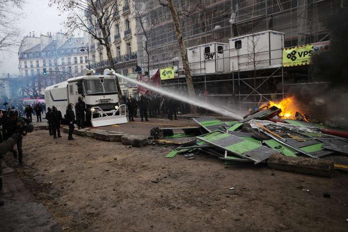 Un lanceur d'eau mobilisé dans la rue Saint-Antoine, près de la place de la Bastille, à Paris, lors de l'acte XI des« gilets jaunes», le 26 janvier.