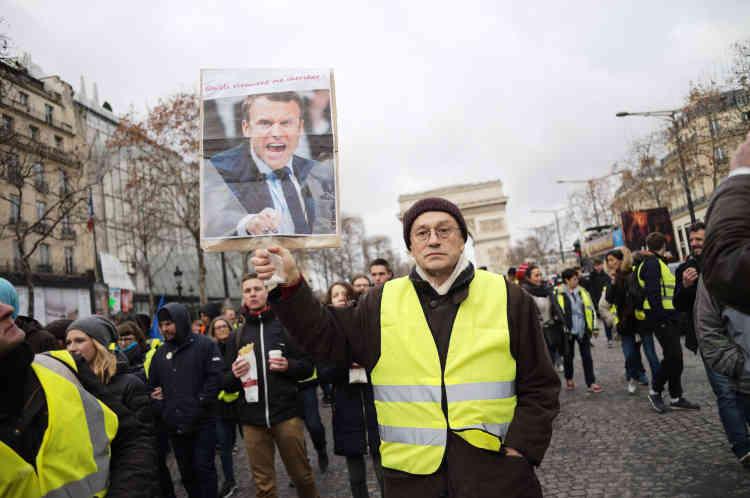 À Paris il y avait plusieurs cortèges de« gilets jaunes», le plus important s'est réuni en fin de matinée sur les Champs-Elysées.