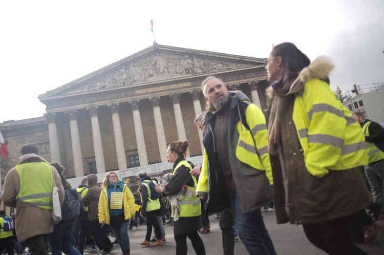 Un cortège de« gilets jaunes» passe devant l'Assemblée Nationale à Paris.