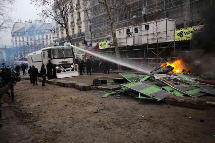 Aux abords de la place de la Bastille à Paris les forces de l'ordre ont fait usage de canons à eau pour éteindre des feux de mobilier urbain.