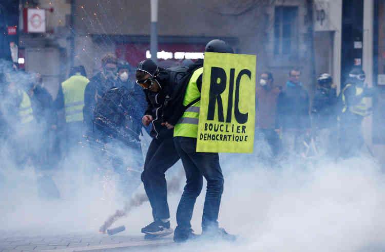 À Nantes la police a utilisé des gaz lacrymogènes pour disperser les« gilets jaunes».