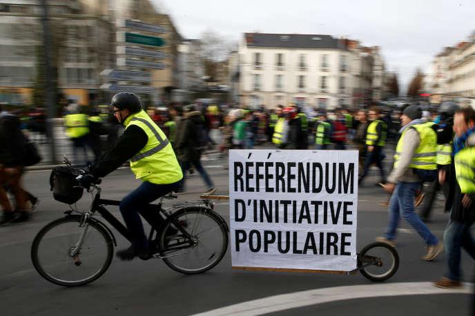 De nombreux « gilets jaunes» réclament la mise en place d'un véritable référendum d'initiative citoyenne (RIC), critiquant l'impraticabilité de l'actuel référendum d'initiative partagée.