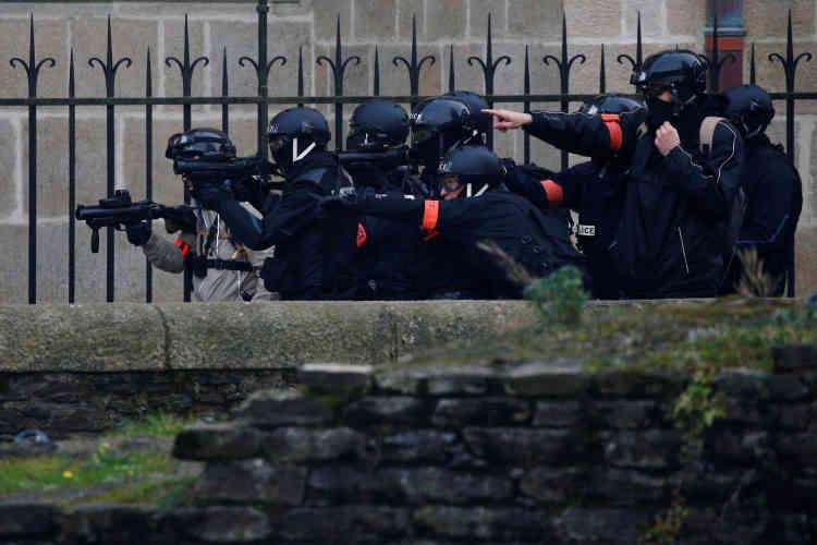 Des policiers à Nantes lors du défilé des« gilets jaunes».