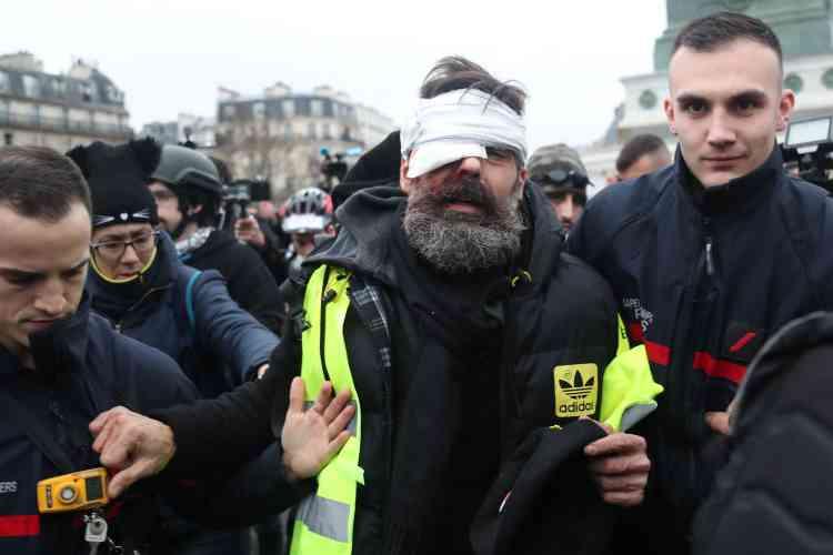 Jérôme Rodrigues, figure du mouvement des « gilets jaunes» est évacué de la Place de la Bastille à Paris, où il a été blessé à l'oeil droit par un éclat de grenade de désencerclement.