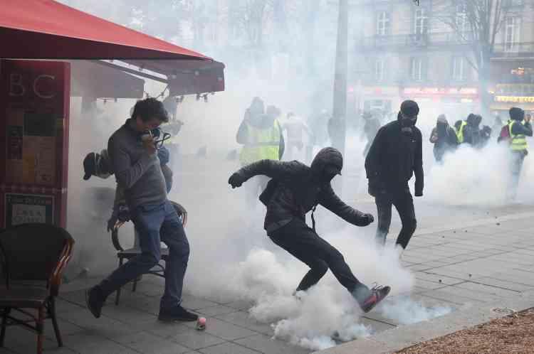 Dans les rues de Nantes la police a utilisé des grenades lacrymogènes pour disperser le cortège des« gilets jaunes».