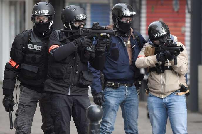 Deux policiers d'une brigade anti-criminalité (BAC) armés de lanceurs de balles de défense, à Nantes, le 26 janvier.