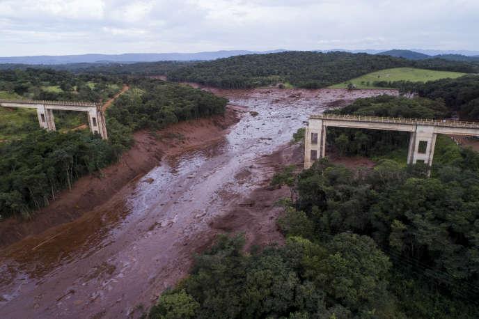 La coulée de boue de déchets miniers a recouvert toute la zone autour du barrage minier, dans l'Etat du Minas Gerais, le 25 janvier.