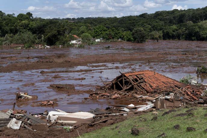 Un bâtiment emporté par la coulée de boue de déchets miniers provoquée par la rupture du barrage, à Brumadinho (Brésil), le 25 janvier.