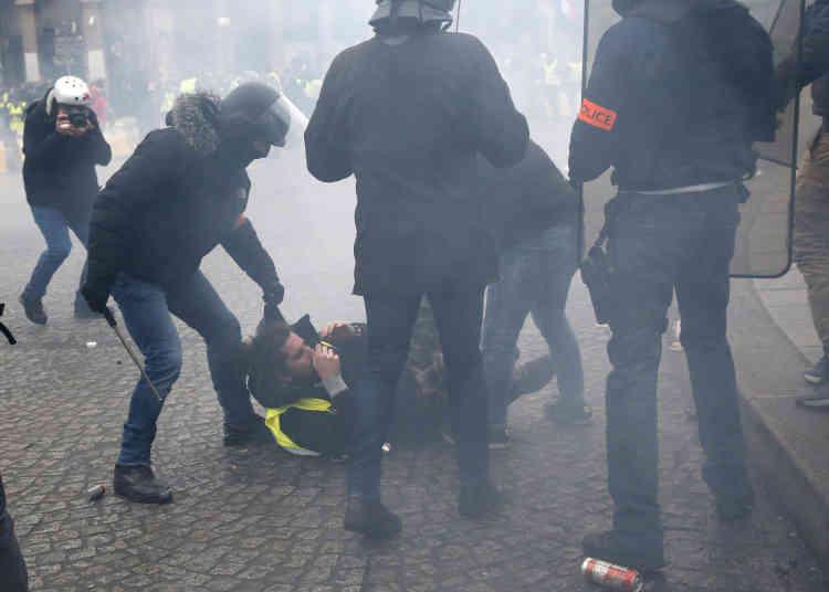 Des policiers procèdent à l'interpellation d'un« gilet jaune» à Paris. Selon la Préfecture les forces de l'ordre ont effectué 52 interpellations de« gilets jaunes» dans la capitale ce samedi.