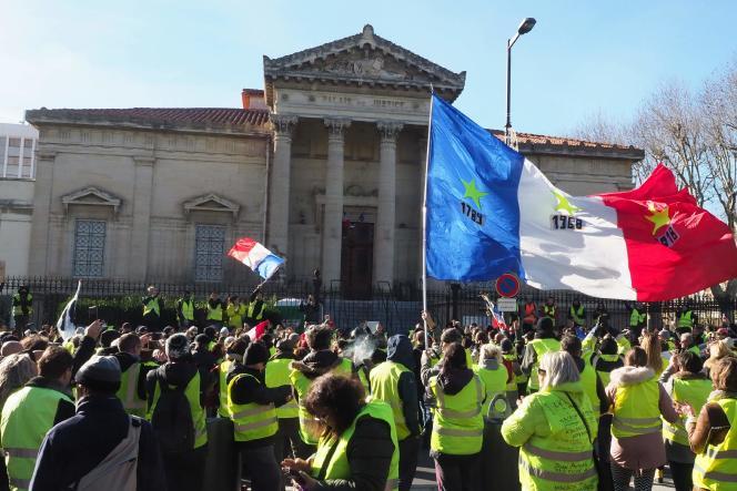 Les« gilets jaunes» devant le palais de justice de Perpignan, le 5 janvier.