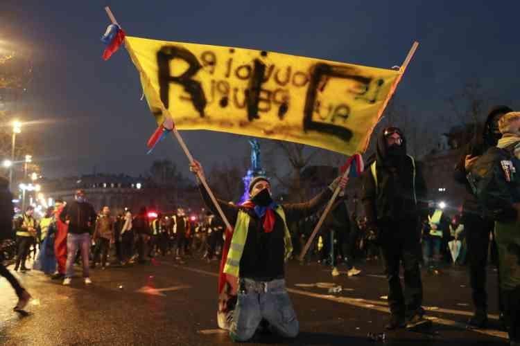 Un« gilet jaune» sur la Place de la République à Paris où devait se tenir une« nuit jaune» qui a finalement peu mobilisé.