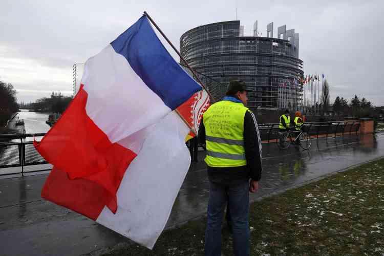 Des « gilets jaunes» se rassemblent à Strasbourg devant le Parlement Européen.