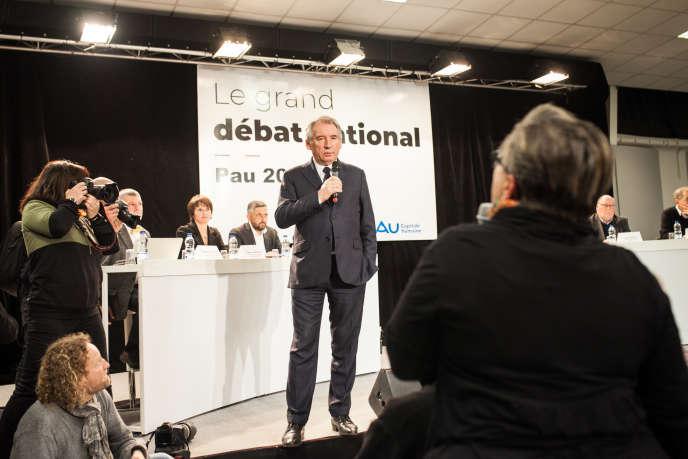 Le grand débat national de Pau, au Parc des expositions, est animé par le maire de la ville, François Bayrou. Près de 500 personnes étaient présentes, le 25 janvier 2019.