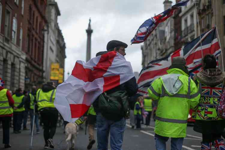 À Londres les manifestants Pro-Brexit ont adopté le code vestimentaire des « gilets jaunes» français.