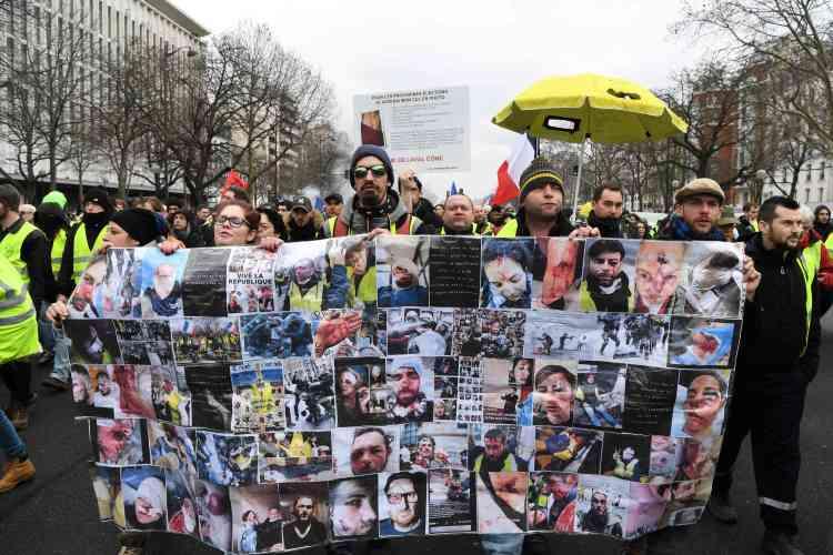 Sur le Cours de Vincennes à Paris, un autre cortège s'est mis en marchederrière une bannière affichant des portraits de personnes blessées lors des mobilisations précédentes.