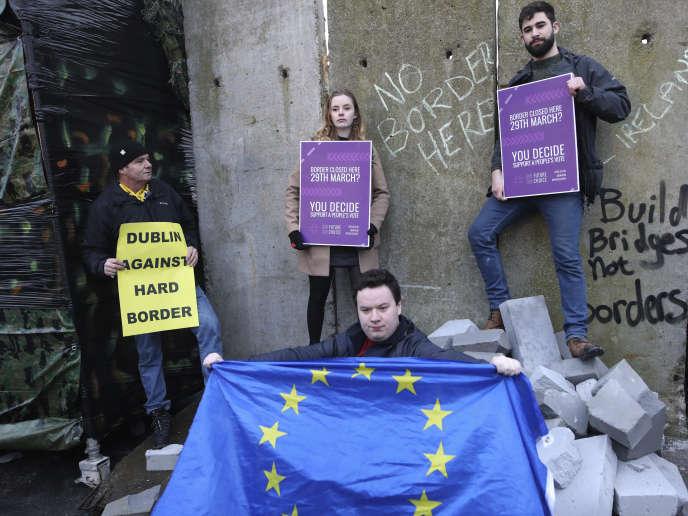 Près de Newry, des Irlandais manifestent contre le retour d'une frontière physique entre les deux Irlandes, le 26 janvier.