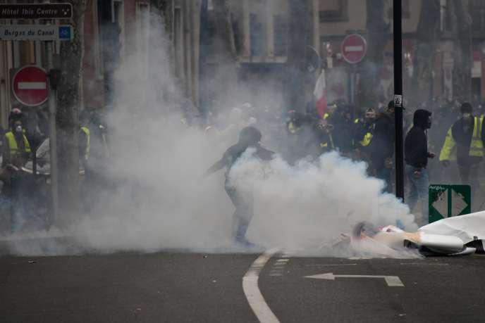 Des manifestants s'opposent à la police, le 26 janvier à Toulouse, lors de« l'acte 11» des« Gilets jaunes».