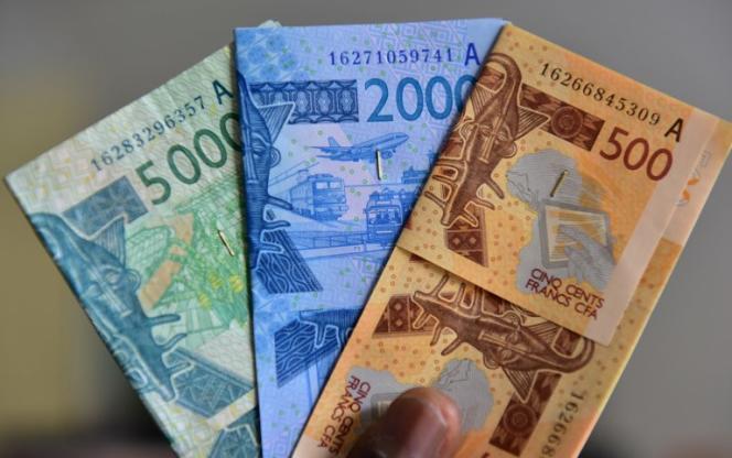 Des billets en francs CFA. Cette monnaie est indexée sur l'euro et utilisé dans 14 pays africains, dont six anciennes colonies françaises.(Photo by ISSOUF SANOGO / AFP)