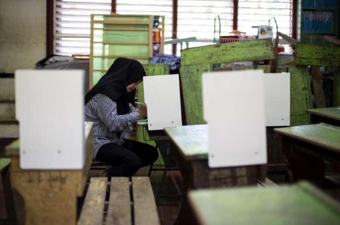 Une femme vote au référendum proposant la création d'une zone autonome pour les musulmans sur l'île de Mindanao, le 21 janvier 2019.