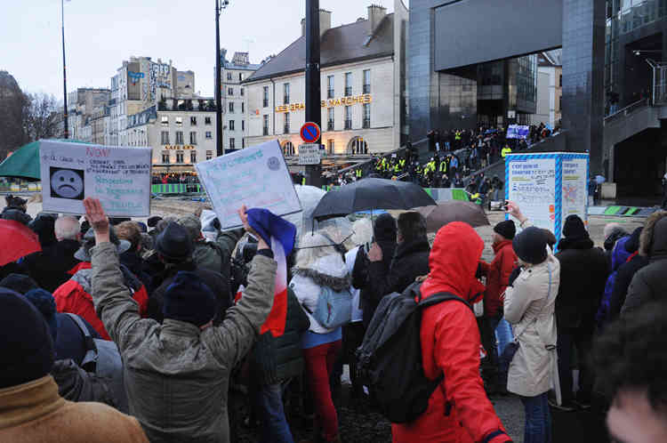 Sur les marches de l'Opéra,Place de la Bastille, quelques « gilets jaunes» sont venus provoquer les participants à la«Marche républicaine des libertés» le 27 janvier à Paris.