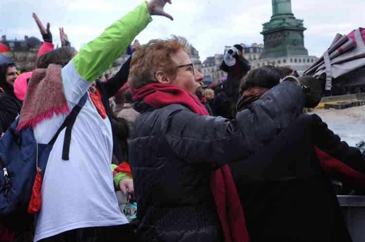 Les insultes fusent entre les« foulards rouges» et les« gilets jaunes» postés sur les marches de l'Opéra, Place de la Bastille à Paris, le 27 janvier.