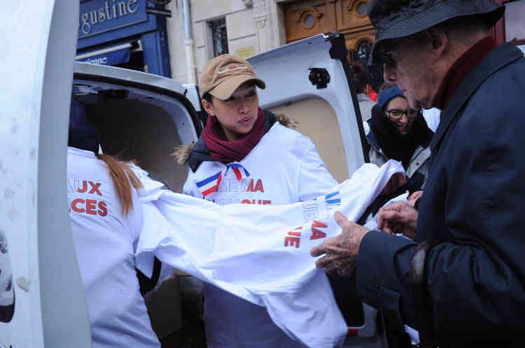 Au départ de la« marche républicaine des libertés», des participants récupèrent des t-shirts qu'ils avaient commandés auprès de l'association des« foulards rouges». Ils sont floqués« j'aime ma République» et« stop la violence».