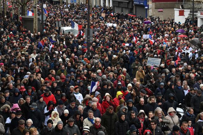 Quelques 10 00 personnes ont participé au défilé des« foulards rouges» à Paris, le 27 janvier.