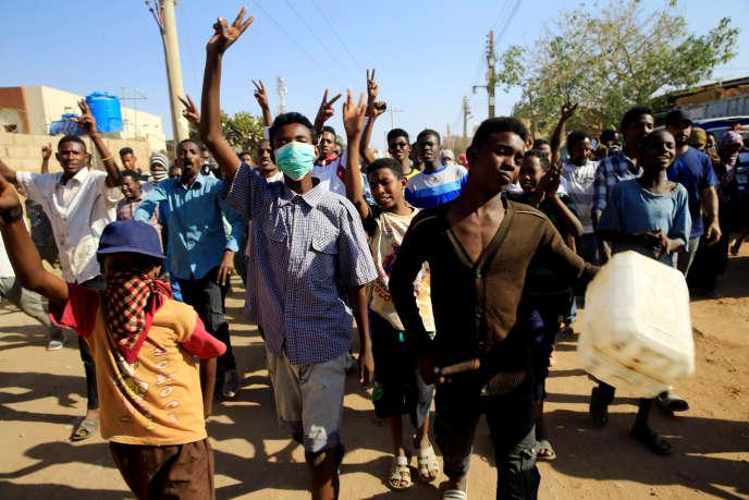 «Par rapport aux révolutions de 1964 et 1985, le soulèvement actuel est le plus ample dans sa distribution géographique et sociale, le plus soutenu dans la durée et le plus radical dans sa demande de changement» (Manifestants anti-gouvernement, à Khartoum, le 24 janvier).